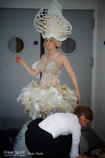 costume de danseuse d'opéra avec tutu et coiffe blanche